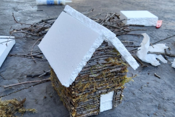 creating the roof on the fairy garden house made from twigs